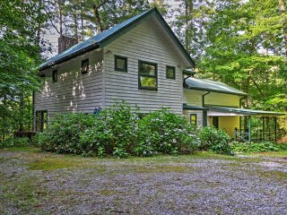 Rustic 5BR + Loft Lakemont House w/Wifi, Private Deck & Serene Mountain Setting - Amazing Views on Seed Lake!