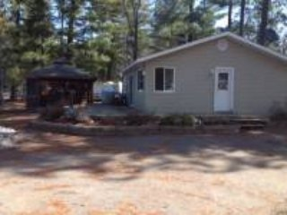 COTTAGE FOR RENT ON BEAUTIFUL ROUND LAKE, holiday rental in Eganville