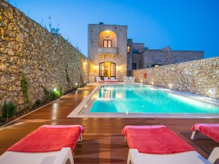 Four bedroom farmhouse with pool enjoying sea view