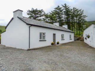 DENIS'S COTTAGE, all ground floor, woodburning stove, parking, gravel garden, in Ardara, Ref 935042