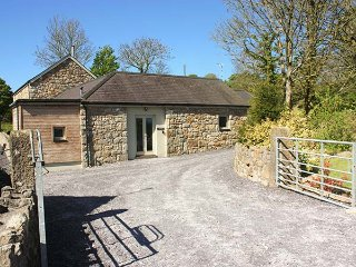 TOO HOOTS spacios cottage, play room, sun room, woodburning stove in Moelfre Ref 939854