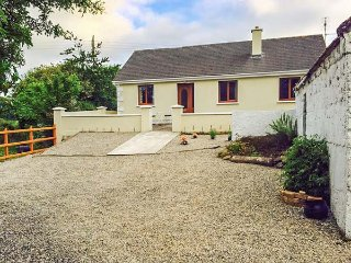 BALLOR COTTAGE, open fire, rural location, pet-friendly, Ballyvary, Ref 936769