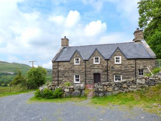 ISALLT FAWR, woodburner, pet-friendly, rural retreat, Porthmadog, Ref 939211