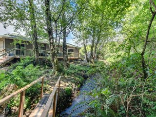Beautiful romantic creekside home, near downtown & beach
