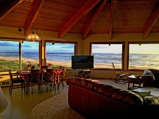 Spacious, dog-friendly oceanfront house w/ ocean views & private hot tub!, Waldport