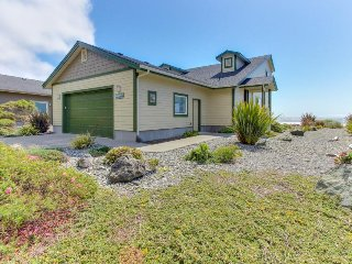 Modern oceanfront house w/ gorgeous views & easy beach access!, Gold Beach