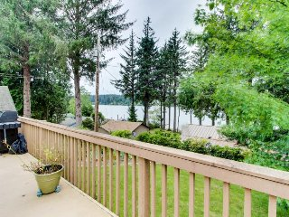 Lakeside house on Siltcoos Lake w/gorgeous views, near beach access, Florence