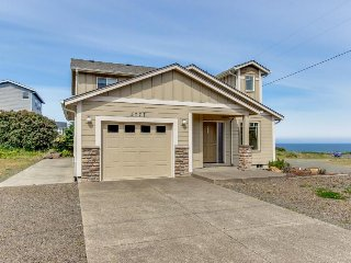 Cozy, modern house w/ ocean views & steps to Roads End Park beach access