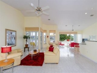 Charming lake front room, Cape Coral