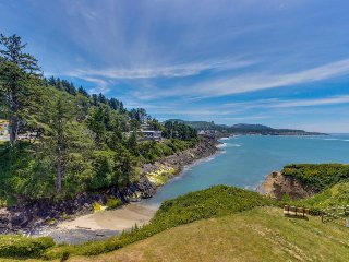 Gorgeous oceanfront condo w/ incredible ocean views, easy beach access!, Depoe Bay