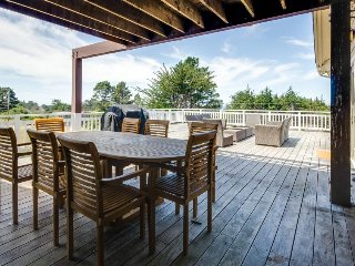 A gorgeous deck, garden & hot tub, walk to the beach and lighthouse!, Mendocino
