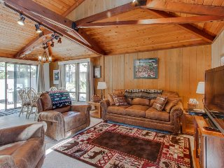 Cozy, family-friendly cabin w/ private hot tub & SHARC passes, Sunriver