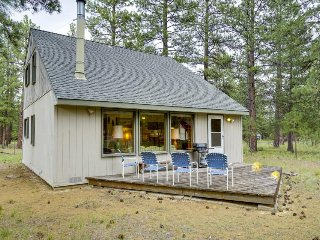 Cozy cabin w/ shared pool, tennis courts, near town & wilderness, Sisters