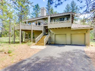 Cozy cabin w/ private hot tub, entertainment & SHARC passes in a quiet location, Sunriver