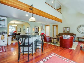 Spacious dog-friendly home w/ private hot tub & jetted tub on desirable westside, Bend