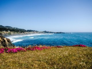 Gorgeous views, deck, hot tub, shared pool on an oceanfront bluff - dogs OK!, Sea Ranch