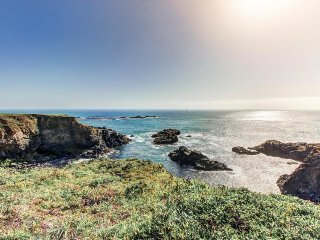 Classic Sea Ranch home, w/ private hot tub, shared pool, & ocean views!