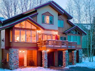 Family/dog-friendly home w/seasonal hot tub, walk to gondola, Steamboat Springs
