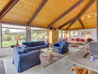 Short walk to Shell Beach, dog-friendly, hot tub & shared pool!, Sea Ranch
