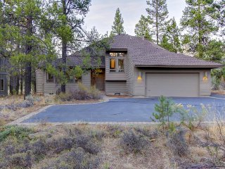 Private hot tub, dog-friendly home offers SHARC access & space for the family!, Sunriver