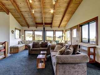 Walk to Shell Beach from this Sea Ranch home w/hot tub & shared pool!