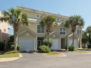 Cozy, dog-friendly townhome w/ shared pool and nearby beach access!, Destin