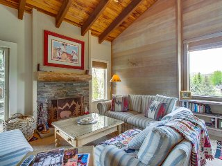Cabin-style condo w/ shared hot tub & pool, walk to slopes!, Sun Valley