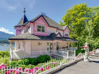 Victorian-style home & cottage w/ scenic bay view & easy beach access!, Bayview