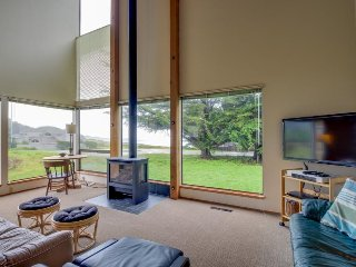 Bright, dog-friendly home near Black Point Beach and the lodge w/ shared pool, Sea Ranch