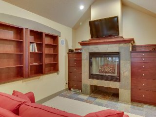 High-quality ski view townhome w/shared hot tub & pool + close to lifts!