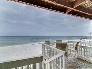 Bayfront condo w/beach access & shared pool!, Pensacola Beach