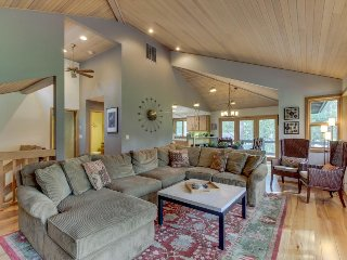 SHARC passes, private hot tub, chef's kitchen, and a game room!, Sunriver