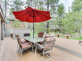 Well-stocked home with private hot tub and lots of room!, Sunriver