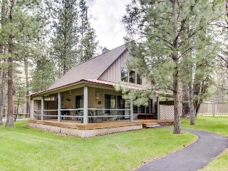 Spacious deck with private hot tub, one mile from Village! Free SHARC access!, Sunriver
