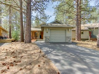 Single-level home w/ private hot tub, big deck and free SHARC access!, Sunriver