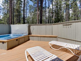 Large Sunriver home in quiet neighborhood w/ private hot tub!