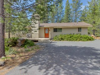 Cozy Sunriver home w/private hot tub & large deck, SHARC passes