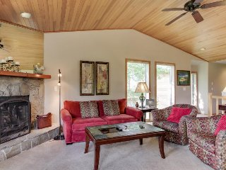 Updated Sunriver condo w/ golf course views & resort fun!