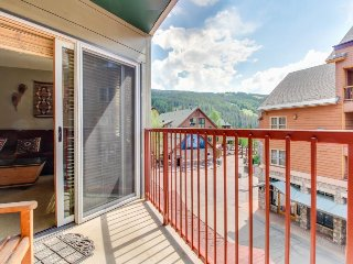 Walk to slopes from cozy condo w/pool, hot tub, & fitness!, Keystone