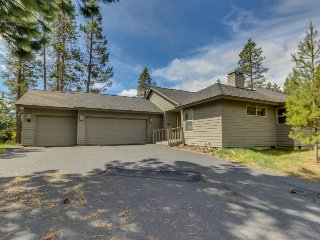 Clean, dog-friendly home w/ private hot tub & SHARC passes, Sunriver