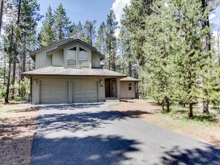 Large Sunriver home in quiet neighborhood w/ private hot tub! Free SHARC access!