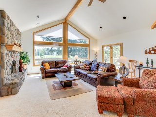 Spacious house w/private hot tub, golf course views, Sunriver