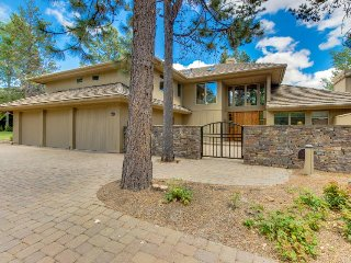 Sunriver vacation home w/ golf course views, private hot tub, and sauna