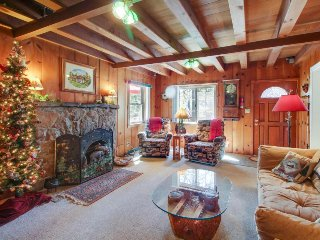 Charming cabin w/ large deck, close to lakeshore & four mountain resorts!, Tahoe City