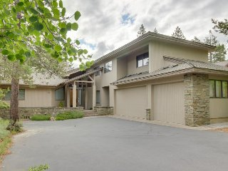 Near Woodlands Golf Course w/ a private hot tub!, Sunriver