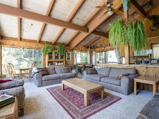 Classic, dog-friendly Squaw Valley home with views, deck, and hot tub!, Lake Tahoe (California)