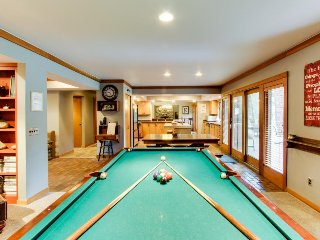 Main house plus condo w/ private hot tub, game room plus pool table!, Sunriver