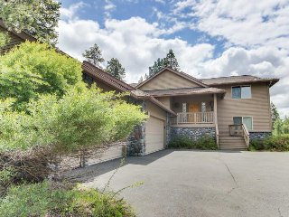 Inviting Sunriver home w/ golf course views and a private hot tub! SHARC access!