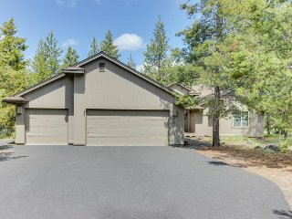 Spacious Sunriver getaway w/ private hot tub & fun Ping-Pong table. Free SHARC!