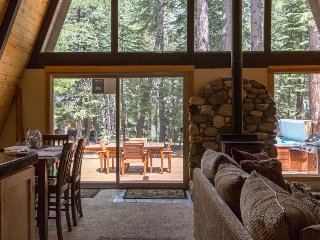Cozy Cabin with Private Hot Tub, Shared Pool, Wifi, Garage, Beaches and Gym